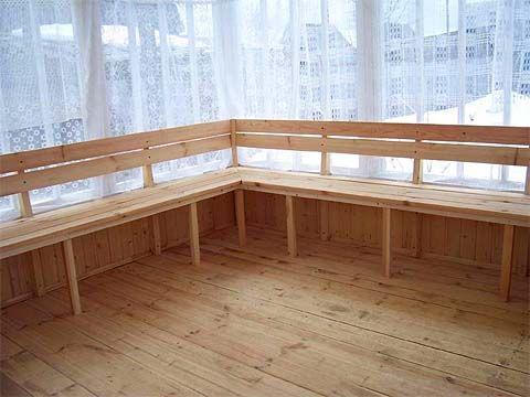 Усередині альтанки застелена підлога з струганих дощок, встановлені лавки