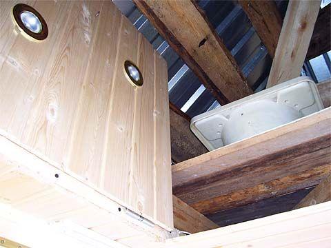 Відкритий люк на горище альтанки - дуже потрібне приміщення на дачі