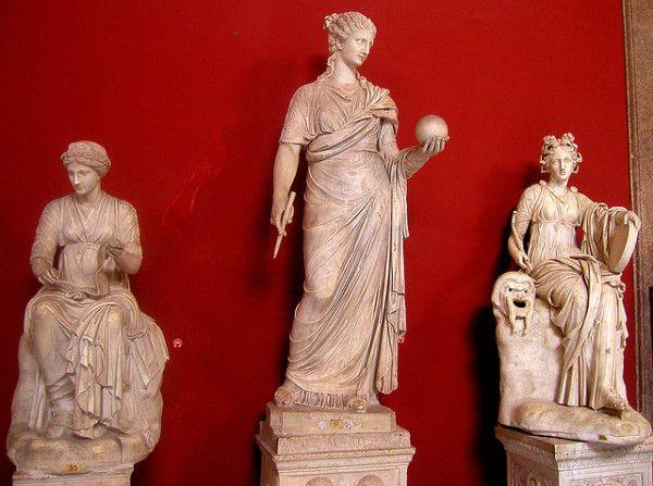 Статуї муз стародавньої Греції в національному музеї