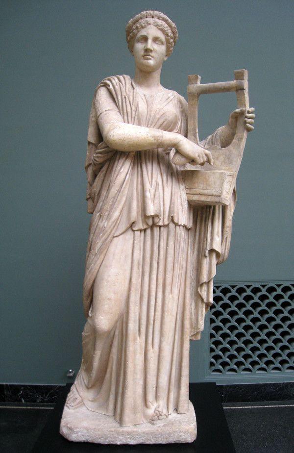 Статуя музи Ерато з лірою в руках