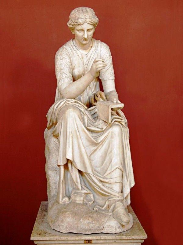 Статуя музи Калліопа зі сувоєм в руках