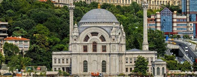 Мечеть долмабахче в стамбулі, туреччина. Мечеть безміалем валіде султан на фото. »Карта мандрівника