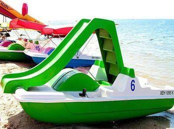 На пляжі функціонує пункт прокату катамаранів, човнів і іншого водного транспорту