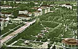 Сиктивкарський міський парк імені С. Кірова 1960-і. Танцмайданчик «сковорідка» в кутку справа