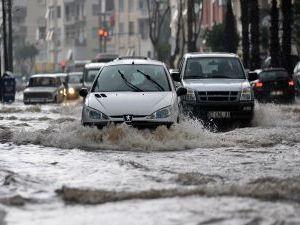 Проливні дощі призвели до повеней в Анталії