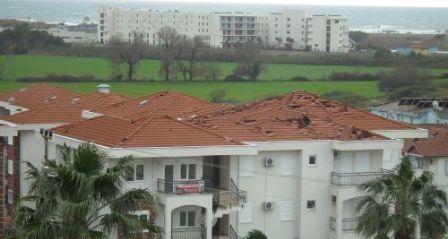 В Анталії вихором знесло дах у кількох будинків і пошкодив покрівлі кількох будівель