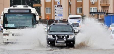 В Анталії затоплені вулиці, транспортний рух ускладнений