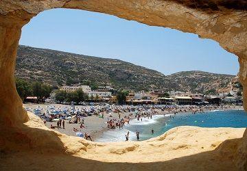 Вид на пляж з печери Маталам