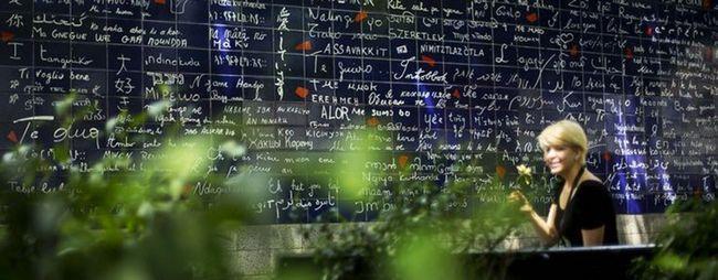 Стіна любові на монмартрі в парижі, франція. Wall of love на фото. »Карта мандрівника